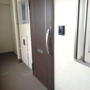 高田馬場住宅(9階,3099万円)のフロア廊下(エレベーター降りてからお部屋まで)