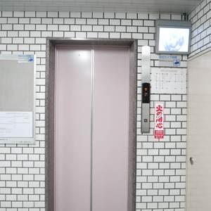 雷門永谷マンションのエレベーターホール、エレベーター内