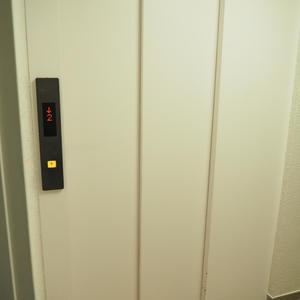 ソフトタウン代々木のエレベーターホール、エレベーター内