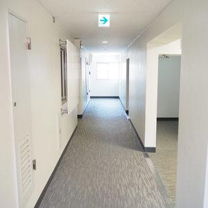 ソフトタウン代々木(4階,)のフロア廊下(エレベーター降りてからお部屋まで)