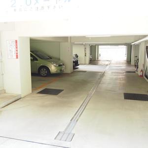 ヴィラロイヤル代々木の駐車場