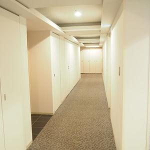アクシア青山(13階,)のフロア廊下(エレベーター降りてからお部屋まで)