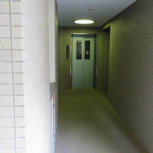ハウス中野のエレベーターホール、エレベーター内
