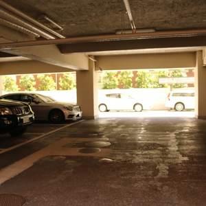 ファミール本郷の駐車場