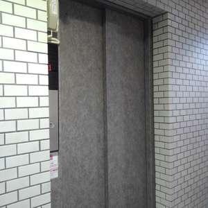 ワコー高田マンションのエレベーターホール、エレベーター内