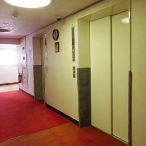 ブロードウェイのエレベーターホール、エレベーター内