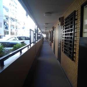 ライオンズマンション下落合(1階,)のフロア廊下(エレベーター降りてからお部屋まで)