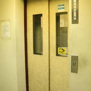 ハセガワハイツのエレベーターホール、エレベーター内