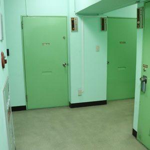ハセガワハイツ(5階,2080万円)のフロア廊下(エレベーター降りてからお部屋まで)