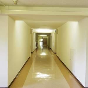 パシフィック中野(4階,4180万円)のフロア廊下(エレベーター降りてからお部屋まで)