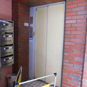 西早稲田ハイツのエレベーターホール、エレベーター内