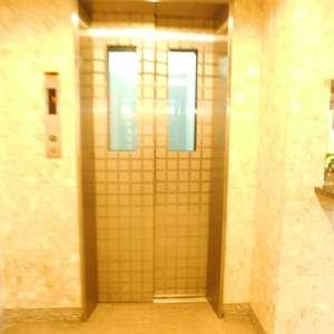 ステージファースト目白のエレベーターホール、エレベーター内