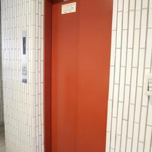 浜町サンフラワーマンションのエレベーターホール、エレベーター内