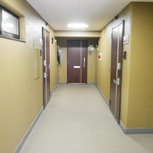 安田小網町マンション(2階,2980万円)のフロア廊下(エレベーター降りてからお部屋まで)