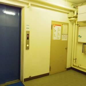 中野ハイネスコーポのエレベーターホール、エレベーター内