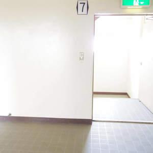 中野ハイネスコーポ(7階,2999万円)のフロア廊下(エレベーター降りてからお部屋まで)