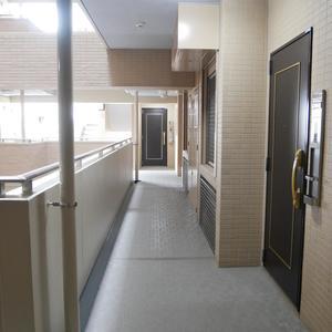 プリムローズ浅草ウエスト(3階,5780万円)のフロア廊下(エレベーター降りてからお部屋まで)