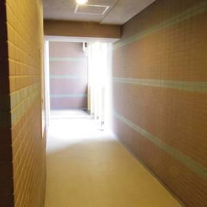 フィールM西新宿(2階,3998万円)のフロア廊下(エレベーター降りてからお部屋まで)