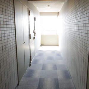 フィールM西新宿(12階,)のフロア廊下(エレベーター降りてからお部屋まで)
