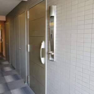 フィールM西新宿(12階,4490万円)のフロア廊下(エレベーター降りてからお部屋まで)