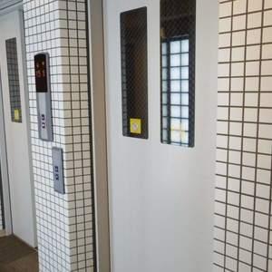フィールM西新宿のフロア廊下(エレベーター降りてからお部屋まで)