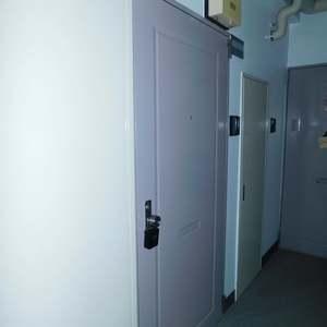 落合明穂ハイツ(8階,2580万円)のフロア廊下(エレベーター降りてからお部屋まで)