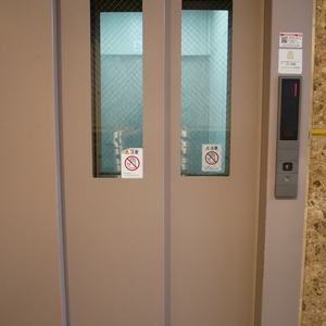 グリーンパーク天神のエレベーターホール、エレベーター内