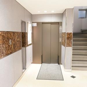 青山セブンハイツのエレベーターホール、エレベーター内