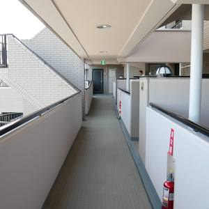 藤和菊川ホームズ(12階,4998万円)のフロア廊下(エレベーター降りてからお部屋まで)