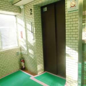 日興パレス高田馬場のエレベーターホール、エレベーター内