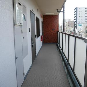 シャンボール菊川(4階,2780万円)のフロア廊下(エレベーター降りてからお部屋まで)