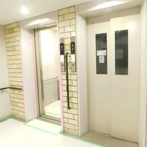 戸山マンションのエレベーターホール、エレベーター内