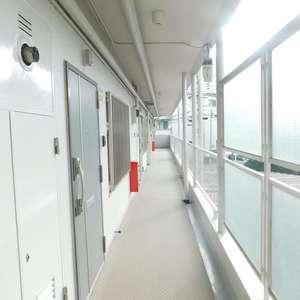 戸山マンション(2階,4299万円)のフロア廊下(エレベーター降りてからお部屋まで)