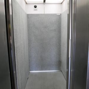 築地ハイツのエレベーターホール、エレベーター内