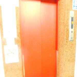 新宿フラワーハイホームのエレベーターホール、エレベーター内