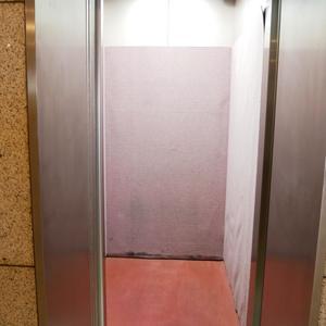 ライオンズマンション池袋のエレベーターホール、エレベーター内