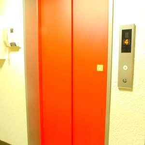 久保田マンションのエレベーターホール、エレベーター内