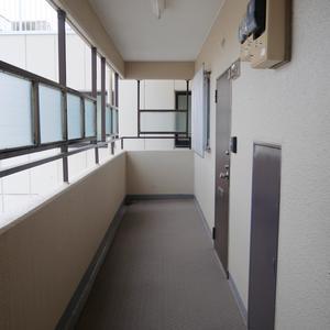 ライオンズマンション両国第5(8階,3290万円)のフロア廊下(エレベーター降りてからお部屋まで)