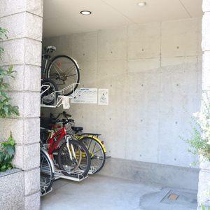 コスモ上野ロイヤルフォルムの駐輪場