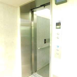 エムブランド新宿戸山公園のエレベーターホール、エレベーター内