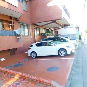 トーア余丁町マンションの駐車場