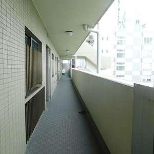 高田馬場パークホームズ(8階,6280万円)のフロア廊下(エレベーター降りてからお部屋まで)