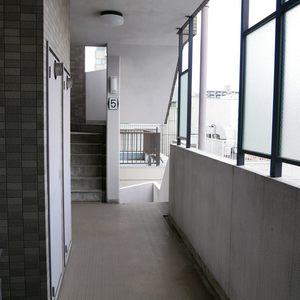 グリーンパーク天神(5階,4680万円)のフロア廊下(エレベーター降りてからお部屋まで)