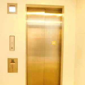 スカイコート文京新大塚のエレベーターホール、エレベーター内