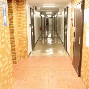 ハイネス小石川(1階,4380万円)のフロア廊下(エレベーター降りてからお部屋まで)