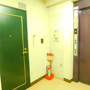 東建ニューハイツ市ヶ谷(3階,4680万円)のフロア廊下(エレベーター降りてからお部屋まで)