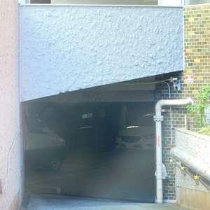 サードリハイツ本館の駐車場