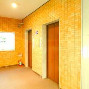 サードリハイツ本館のエレベーターホール、エレベーター内