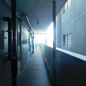 サードリハイツ本館のフロア廊下(エレベーター降りてからお部屋まで)
