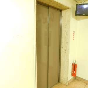 第25宮庭マンションのエレベーターホール、エレベーター内